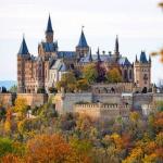Das Schloss: - ein hübscher Blumengarten - ein Stall - einen Teich - Einen Hof - Ein Fecht-Platz - und vieles mehr Innenbereich: - Thronsaal - Ballsa