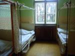 Die Zimmer: Ihr geht durch eine Stahl Tür und es stehen dort vier Betten, das Zimmer ist recht klein, es gibt dort ein kleines Fenster das den Raum b