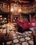 ((teal))((bold))((unli))Die Bibliothek:((eunli))((ebold))((eteal)) Es handelt sich dabei wiederum um einen Raum, der mit dunklem Holz verkleidet ist.