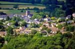 ((bold))Das Dorf((ebold)) Folgende Orte gibt es um und nahe dem Dorf: •Tante Emma Laden •protestantische Kirche mit Friedhof •Martplatz •ein p