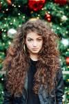 Vorname/n: Alina Nachname: Yelich-O'Connor Spitzname: Lina Alter: 17 Geschlecht: W Aussehen: Braune Locken; Blaue Augen; Leicht gebräunt; Schlan