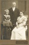((bold))Die Familie((ebold)) Hausherr: James Eugene Deveraux, 47 Hausherrin: Dalena Bell' Deveraux, 39 Kinder des Hausherren: Genevieve Camella D