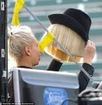 Warum verdeckt Sia bei öffentlichen Auftritten ihr Gesicht?