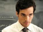 Warum beobachtet Ezra Fitz die Mädchen?