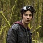 In der ersten Staffel wird Jasper von unbekannten entführt. Dabei verliert er seine Schutzbrille. Wer findet diese?