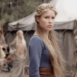 Name: Lyra Alter: 23 Geschlecht: weiblich Rasse: Vampir Zugehörigkeit: Montis Beruf: Im Moment noch einfache Soldatin, aber sie möchte sich für die